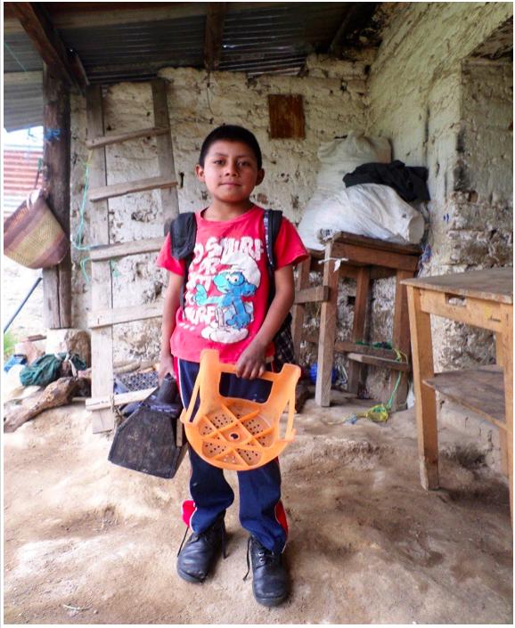 (wird bereits unterstützt, vielen Dank!) Die Geschichte von Gerson Nicolas Ajca Batén Gerson ist ein 9-jähriger Junge, er besucht die zweite Klasse und arbeitet nebenbei als Schuhputzer.  Die Familie kommt ursprünglich aus Jutacaj, Teil der Aldea Xequemeyá. In der Hoffnung Arbeit zu finden sind sie nach Momostenango emigriert.  Seine Mutter sorgt alleine für die Familie, da sie von ihrem Mann, Gersons Vater, im Stich gelassen wurde. Sie arbeitet in einem Geschäft und verkauft dort Holz, dabei verdient sie ungefähr 25 Quetzales (2,90 €)am Tag. Alicia, die Älteste seiner sechs Geschwister arbeitet im Park, vermietet dort ein Telefon und Gerson ist als Schuhputzer tätig. So können sie ihrer Mutter bei den anfallenden Lebenskosten unter die Arme greifen.  Die Familie lebt in einem Mietshaus, dafür müssen sie 150 Quetzales (ungefähr 17€) pro Monat bezahlen. Das wenige Geld, das ihnen bleibt, wird für die Lebensmittel gebraucht. Zugang zu Wasser und Elektrizität gibt es zu Hause leider nicht, so müssen sie ihr Wasser aus dem nächsten Brunnen beziehen.  Vielen herzlichen Dank für Deine/Eure Unterstützung.  Yannic Wexenberger Yalla Yalla Kultur hilft! e.V.