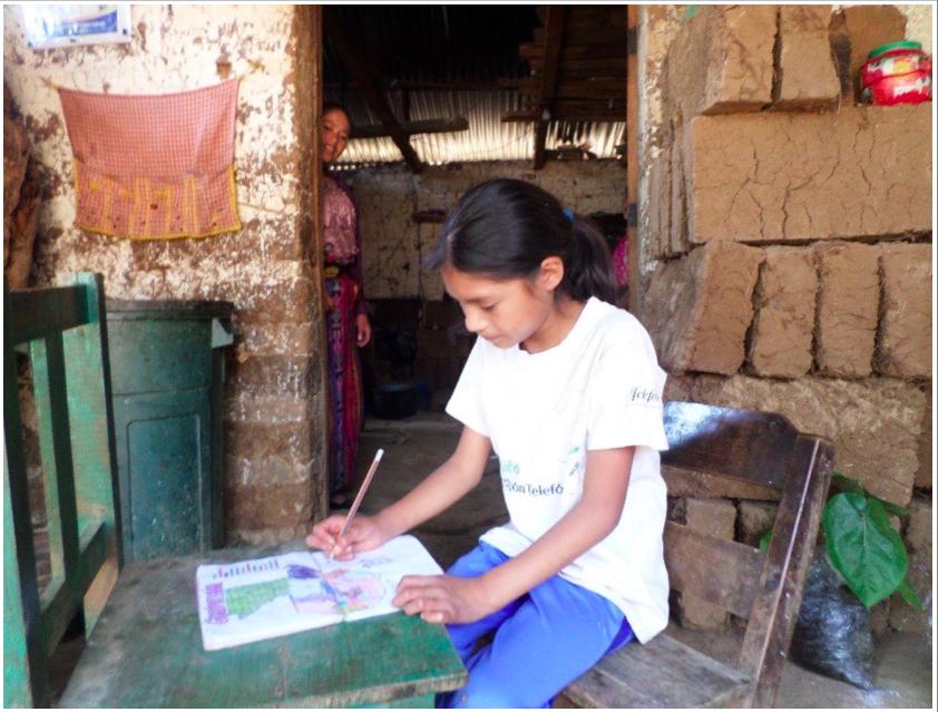 (Telma wird bereits unterstützt, vielen Dank!) Die Geschichte von Telma Isabel Ramos Barrera Telma ist neun Jahre alt und besucht die 3. Klasse. Sie lebt sechs Kilometer entfernt vom Zentrum in einer Hütte. Da die Familie leider nicht die finanziellen Mittel hat ihrer Tochter den Transport zur Schule zu bezahlen, muss sie jeden Tag eine Stunde dorthin laufen.  Telma hat drei Geschwister, leider hat ihr Vater die Familie verlassen. Ihre Mutter erledigt Hausarbeiten für andere Familien, um den Lebensunterhalt zu erwerben. Sie verdient ungefähr 30 Quetzales (3,50€) am Tag.  Während ihre Mutter arbeitet, sucht sie mit ihren Geschwistern in den Bergen nach Feuerholz, um es in der Stadt zu verkaufen und so ein bisschen Geld für Lebensmittel zu verdienen.  Sie leben in einem Haus, welches aus einem Schlafzimmer und einer winzigen Küche im Hof besteht. Leider haben sie zu Hause weder Zugang zu fließendem Wasser noch zu Elektrizität.  Deswegen müssen sie jeden Tag 30 Minuten zum nächsten Brunnen laufen um Wasser zu holen. Manchmal bekommen sie von ihren Nachbarn etwas Wasser zu trinken.  Die Kleidung wird in einem Fluss gewaschen, welcher ebenfalls sehr weit von ihrem Haus entfernt liegt. Vielen herzlichen Dank für Deine/Eure Unterstützung.  Yannic Wexenberger Yalla Yalla Kultur hilft! e.V.