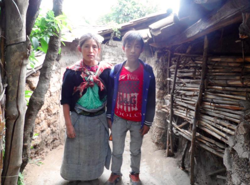 Die Geschichte von Kevin Poroj Xiloj Kevin ist 14 Jahre alt und besucht die sechste Klasse der Grundschule. Sein Vater Santos Poroj (31 Jahre) und seine Mutter Claudia (33 Jahre) leben zusammen mit ihm und ihren vier weiteren Kindern. Seine Geschwister sind drei, fünf, zehn und zwölf Jahre alt. Leider ist der Vater von Kevin nicht bereit, ihn und seine Geschwister bei der Schulbildung zu unterstützen. Daher versucht die Mutter ihren Kindern den Zugang zum Bildungssystem zu ermöglichen. Da seine Mutter durch ihre Arbeit nur sehr wenig Geld verdient, gestaltet sich die Situation sehr kompliziert und es fehlt nicht selten an finanziellen Mitteln, um den Grundbedarf an Nahrung, Unterkunft, Kleidung und Bildung zu decken. Vielen herzlichen Dank für Deine/Eure Unterstützung. Yannic Wexenberger Yalla Yalla Kultur hilft! e.V.