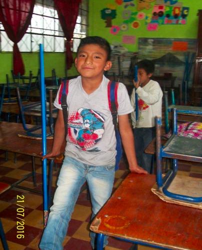 Die Geschichte von Pedro Jesús Peruch Coguox Der Junge Pedro besucht die 3. Klasse der Grundschule (primaria). Geboren am 15.03.2007 ist er derzeit neun Jahre alt. Pedro lebt zusammen mit seiner Familie etwa zwei Kilometer vom Dorf entfernt. Zwei seiner sechs Brüder arbeiten bereits in unterschiedlichen Jobs um ihrer Mutter bei den Lebenskosten finanziell unter die Arme zu greifen. Der Vater hat die Familie verlassen und die Mutter arbeitet in einem kleinen Imbiss-Geschäft. So kann sie 15 Quetzales (1,80 Euro) am Tag verdienen. Die Brüder verkaufen (z.B. Klopapier/Kaugummis) auf der Straße,teilweise bis 23:30 Uhr. Die Situation der Familie ist äußerst kompliziert, da das wenige Geld das ihnen zur Verfügung steht nicht ausreicht um Schulmaterialien oder Kleidung für die Kinder zu kaufen. Das verdiente Geld reicht kaum für die Kosten des Wohnens und der Lebensmittel. Vielen herzlichen Dank für Deine/Eure Unterstützung. Yannic Wexenberger Yalla Yalla Kultur hilft! e.V.